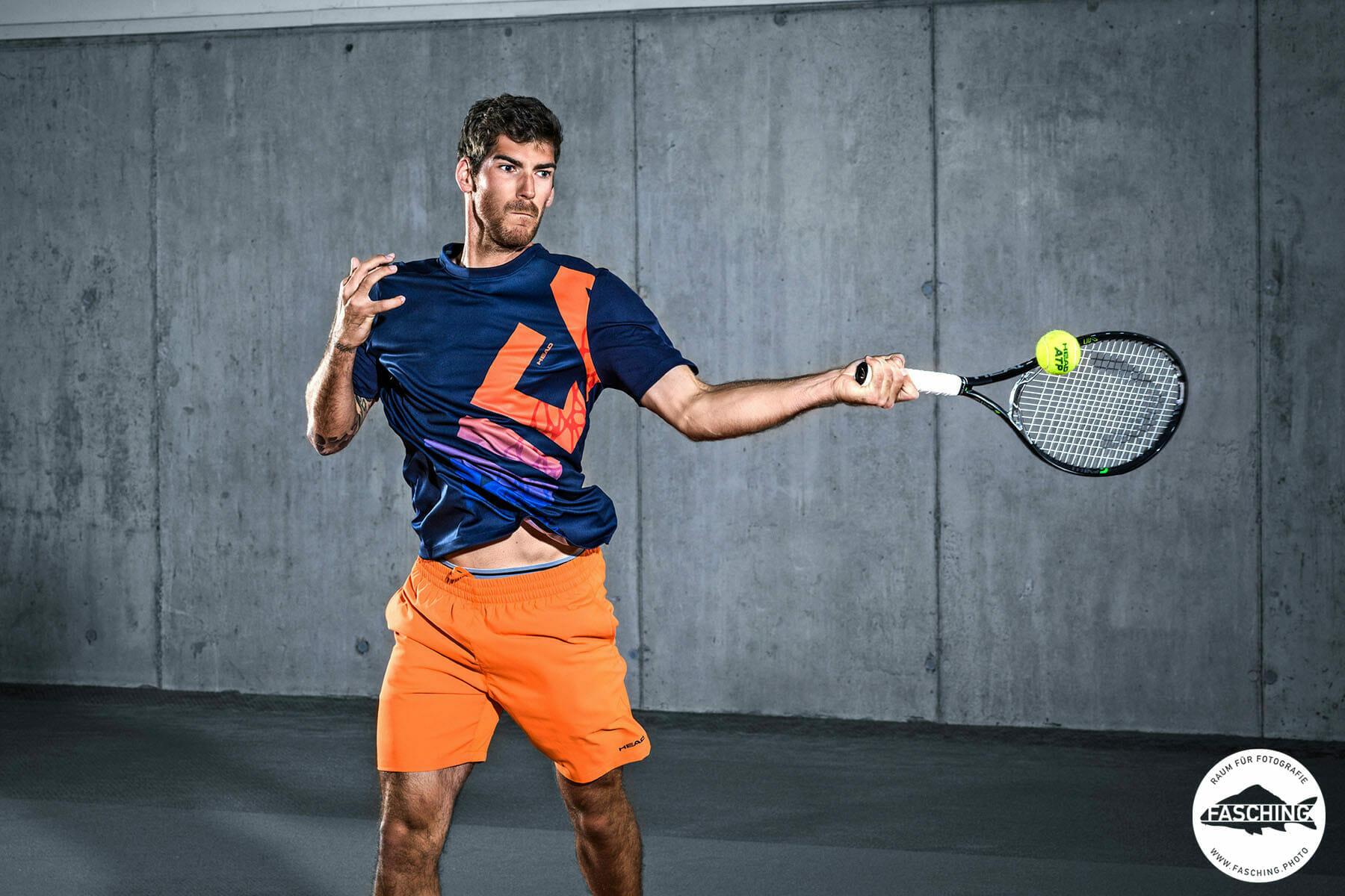 Actionfotografie vom Studio Fasching in Bregenz. Fotografiert wurde in Lauterach in der Tennishalle
