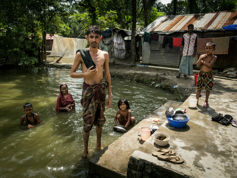 Photo of a shipbreaking family, near Chittagong Bangladesh, Photographer Reinhard Fasching, Austria