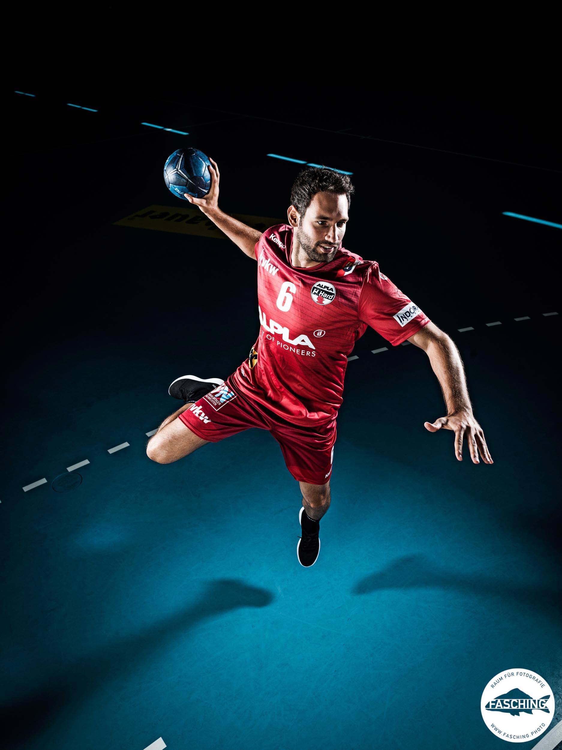 Sportfotograf Luca Fasching fotografierte für den Sportverein HC Alpla Hard die Actionbilder