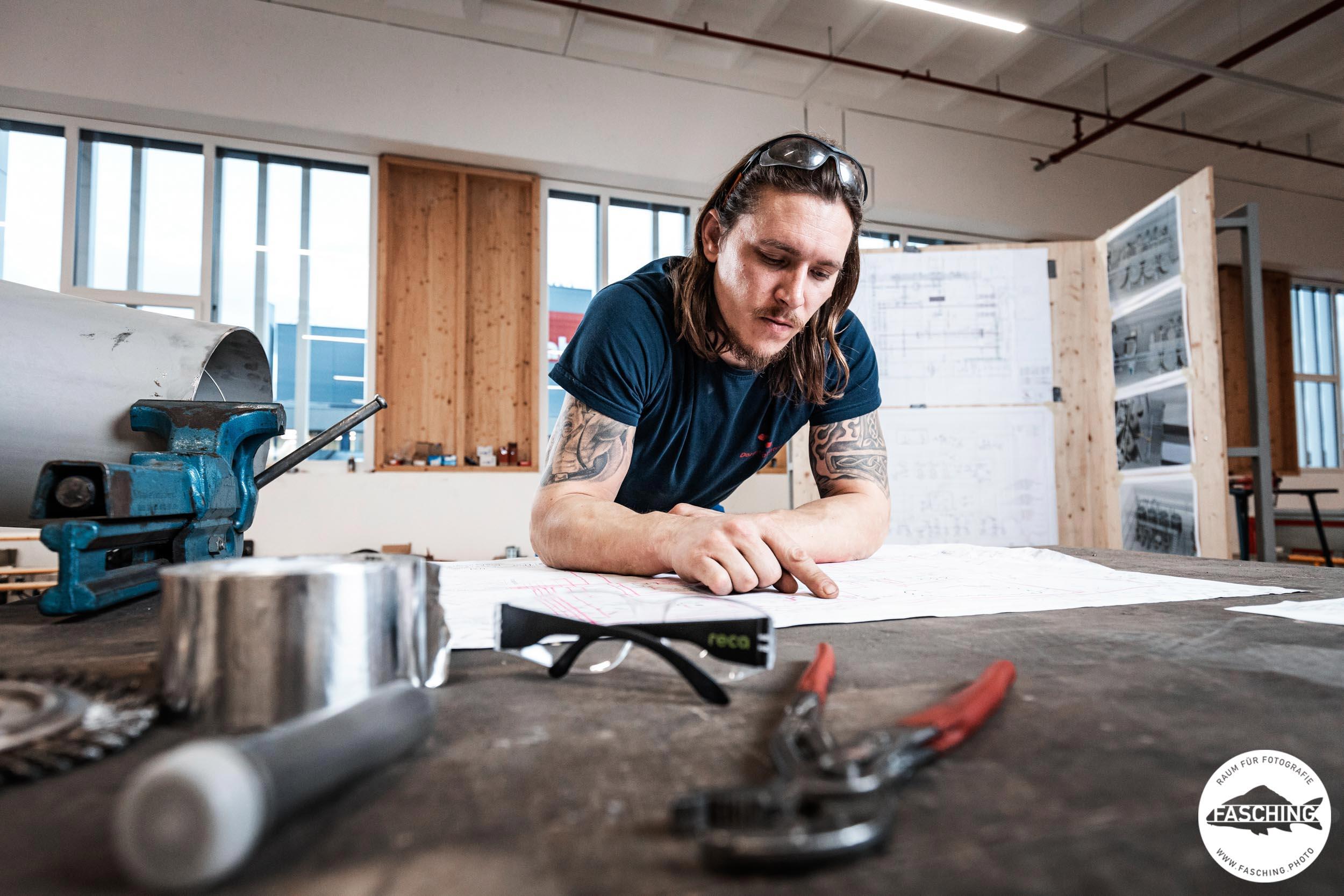 Luca Fasching hat einen Installateur beim Arbeiten fotografiert