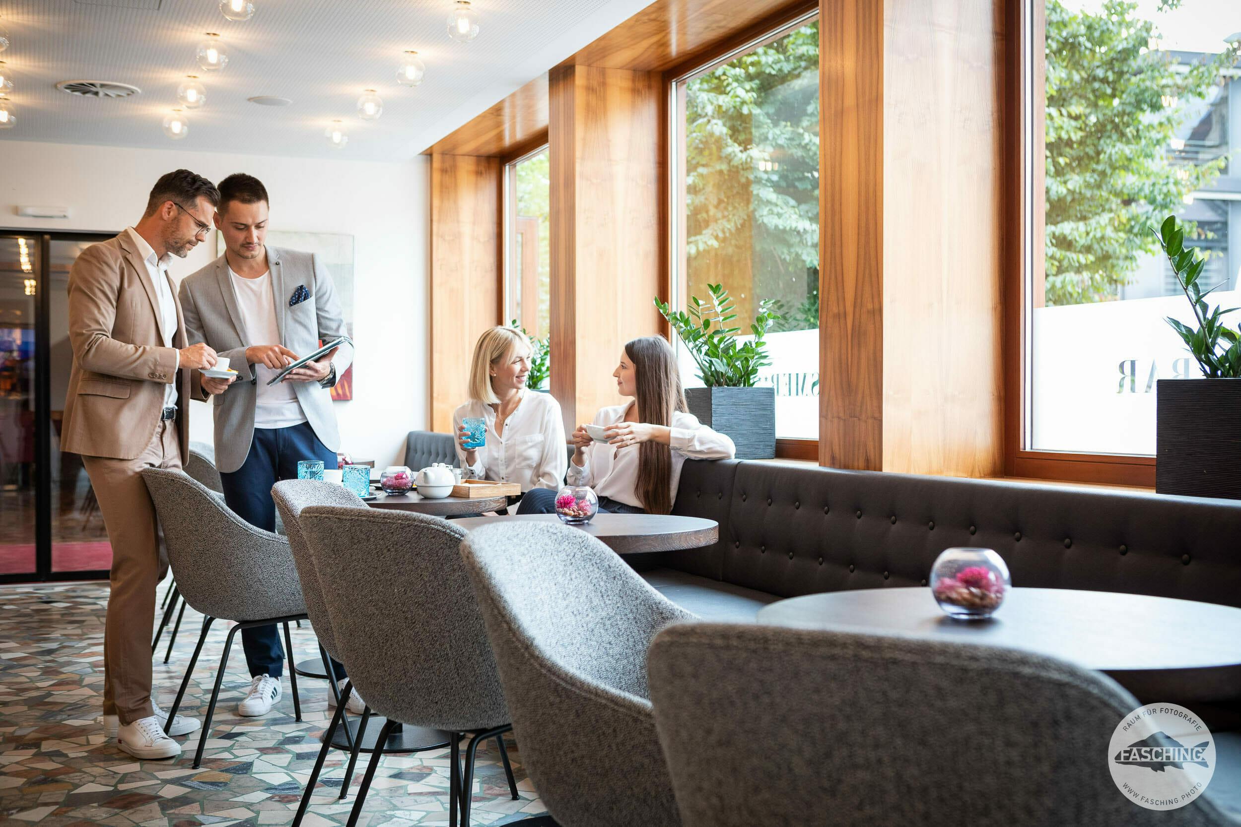 Menschen in der Tagesbar, Hotelfotos Studio Fasching Bregenz